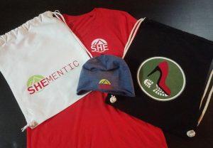 Rotes T-Shirt bedruckt , Schwarzer Trunbeutel bedruckt, Weisser Turnbeutel bedruckt, Mütze bedruckt